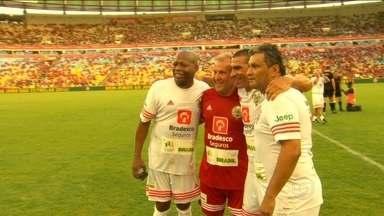 """Mais de 50 mil pessoas acompanham o Jogo das Estrelas no Maracanã - """"Pelada"""" organizada por Zico reúne atuais e ex-jogadores"""