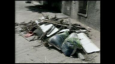 Moradores reclamam de entulhos não recolhidos há 15 dias no ES - Problema acontece em Interlagos, em Linhares.
