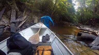 Bastidores - Rio Trombetas - Repórter Eduardo Lacerda passa horas na expectativa de fisgar um peixe.Para aliviar o calor e refrescar as ideias, água doce de corpo inteiro.