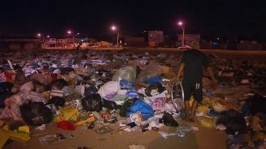 Moradores reclamam de um lixão que se formou ao lado das casas em Ceilândia - O lixo tomou conta de vários pontos do DF. Moradores do Recanto das Emas, Águas Claras e Asa Sul reclamam da demora na coleta. Um lixão se formou do lado das casas no P-Sul.