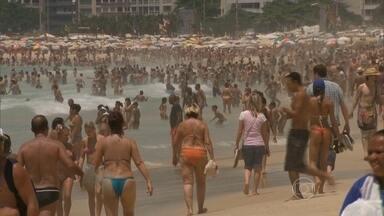 Sensação térmica chega a 50ºC no Rio de Janeiro - Na segunda-feira (29), a cidade registrou 38,3ºC, a mais alta temperatura entre todas as capitais do país. Porém, para o corpo humano, o calor é ainda maior. O suor quente acumulado sobre a pele aumenta a sensação de calor.