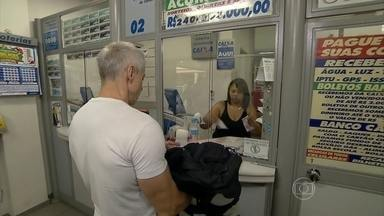 Mega-Sena da Virada sorteia maior prêmio da história - Milhões de brasileiros estão fazendo apostas para o concurso da Mega-Sena, que vai pagar R$ 240 milhões. Durante 250 anos, a família do ganhador pode receber R$ 100 mil por mês.