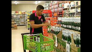 Compra de bebidas para réveillon movimento comércio de Santarém - Pessoas se preparam para brindar a chegada de 2015.