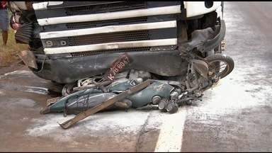 Acidente entre carro, caminhão e moto deixa duas pessoas mortas em Anápolis. - Uma terceira pessoa ficou gravemente ferida. PRF alerta para perigos nas estradas de se viajar pelas rodovias no fim de ano, quando estradas estão movimentadas.