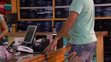 Casal assalta loja de roupas na Avenida Anhanguera, em Goiânia - Ação foi registrada por uma câmera de segurança. Funcionários afirmaram que eles levaram cerca de R$ 4 mil, além de celulares e relógios.