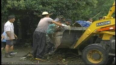 Após enchentes, prefeitura de Uruguaiana, RS, deve decretar situação de emergência - Moradores bloquearam via em protesto pelos estragos provocados pela chuva.
