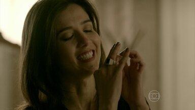 Cora pensa em Zé - A megera esconde o anel do comendador e diz que não pode perder a lembrança