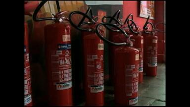 Nova lei de extintores de incêndio em carros entra em vigor nesta quinta (1º) - Muitas pessoas tiveram que deixar seus veículos em casa por falta do equipamento.