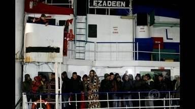 Marinha da Itália resgata barco à deriva com imigrantes ilegais - Ao todo, 450 pessoas estavam a bordo do cargueiro. É o terceiro caso parecido em menos de um mês.