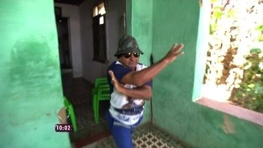 Nadia Bochi apresentaAntonio Carlos, conhecido como 'Tarzan' - A figura solta o grito nas ruas da região