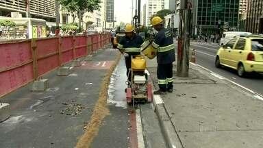 Prefeitura começa a obra de ciclovia na Avenida Paulista - A obra, que causou interdição na avenida, irá durar seis meses. A ciclovia custará R$ 15 milhões. No valor está incluído o aterramento dos fios e cabos em toda a extensão.
