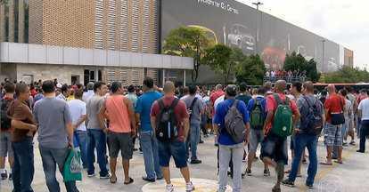 Metalúrgicos entram em greve no ABC após inúmeras demissões - Grandes montadoras já efetivaram demissões no ABC paulista. Na terça-feira (6), 800 funcionários da Volkswagen foram demitidos.