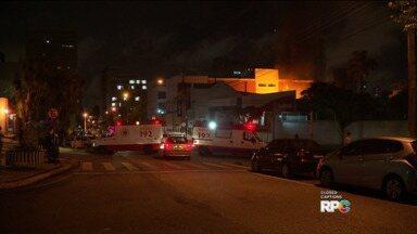 Casa é atingida por incêndio no Centro de Curitiba - Fogo começou por volta das 22h de terça-feira (6) e foi controlado horas depois.