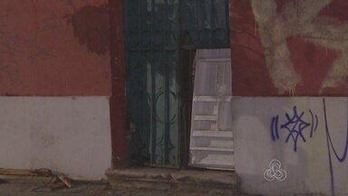 Apesar de decisão judicial, Santa Casa de Manaus segue sem segurança - Moradores de rua têm acesso ao prédio histórico por meio de buraco.
