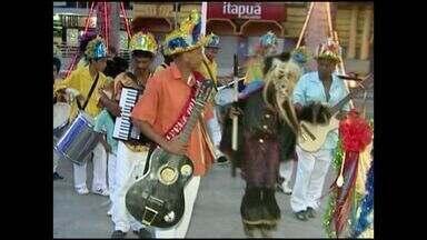 Grupos de folia se apresentam em praça de Cachoeiro, no ES - Encontrou marcou o dia de reis e encantou o público.