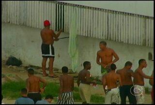 Presos são flagrados com facões em presídio de Recife - Eles foram vistos com facões nas mãos e brigando no pátio da unidade usando essas armas.