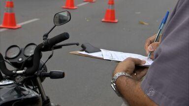 Dirigir motocicleta sem capacete foi a infração mais comum no Ceará em 2014 - Dirigir sem habilitação também foi uma das infrações mais comuns.