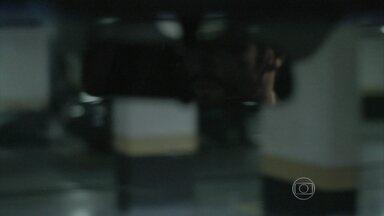 Zé Pedro liga para contrabandista - Amanda desconfia do comportamento do noivo