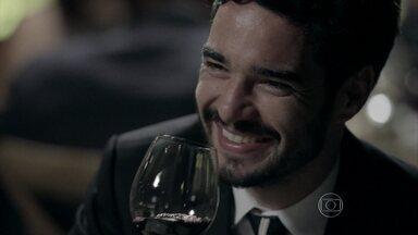 José Pedro conversa com Kleber - Vicente estranha a presença do cunhado no restaurante