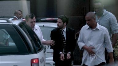 Danielle vibra com Maurílio a prisão de José Pedro - Zé Pedro sai algemado do restaurante e Maurílio tira fotos