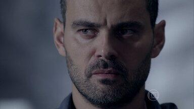 Danielle conta para Maurílio que Zé Pedro matou uma pessoa - Maurílio garante que vai incluir essa história no livro que Téo Pereira está escrevendo