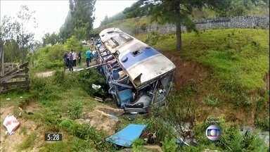 Acidente com ônibus em SC deixam 9 mortos - O veículo caiu em uma ribanceira. Além das mortes, mais de 30 pessoas ficaram feridas.