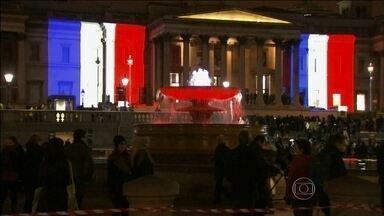 Monumentos da Inglaterra e dos EUA recebem as cores da bandeira da França - Em Londres, os principais monumentos foram decorados com as cores da bandeira da França. Uma forma do povo britânico mostrar solidariedade às vítimas dos ataques na França. Em Nova Iorque, o Empire State Building também ficou vermelho, branco e azul.
