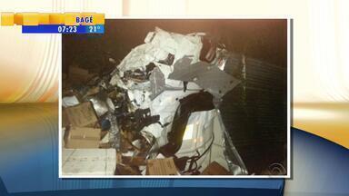 Caminhoneiro morre em acidente envolvendo carreta e ônibus - Ele chegou a ser socorrido, mas morreu em hospital de Lajeado, RS.