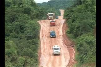 Motoristas que trafegam pela BR-163, no Pará, enfrentam as péssimas condições - São mais de duzentos quilômetros de estrada de terra, buracos e atoleiros.