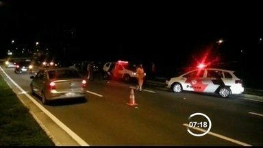 Mulher jogada de carro em movimento é identificada - Polícia ainda procura a mulher que jogou a mulher do carro na Via Norte em São José.