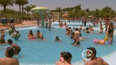 Dermatologista mostra os cuidados no sol com crianças e bebês - Com o calor, muitos pais aproveitam as folgas para levar as crianças nas praias e piscinas.