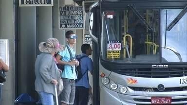 Passagem de ônibus fica R$ 0,50 mais cara em Campo Limpo Paulista - A tarifa de ônibus ficou mais cara em Campo Limpo Paulista. Os passageiros vão ter que pagar R$ 0,50 a mais pelo serviço de transporte coletivo, que passou a custar três reais. Os passageiros, na maioria trabalhadores, foram pegos de surpresa. Eles reclamaram do aumento e ainda disseram que os ônibus estão sempre lotados.