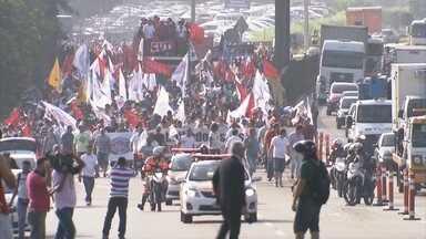 Metalúrgicos protestam contra demissões em montadoras em São Paulo - Eles bloquearam dois trechos da Rodovia Anchieta, em São Paulo. Os metalúrgicos do ABC querem que as empresas revejam as demissões, anunciadas na semana passada. Na terça-feira (6), 13 mil trabalhadores da Volkswagen entraram em greve.