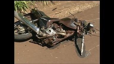 Fim de semana foi marcado por acidentes na região Centro-Oeste Paulista - O fim de semana foi marcado por vários acidentes na região do Centro-Oeste Paulista. Em Cândido Mota (SP), uma motocicleta invadiu a frente de uma caminhonete. Em Avaí (SP), um motociclista foi atingido na traseira por um carro. O motorista estava bêbado. Próximo a São Manuel (SP), um acidente entre duas motos e um caminhão deixou quatro vítimas.