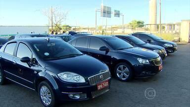 Taxistas protestam contra transporte clandestino no Aeroporto de Confins - Eles fecharam os acessos, causando transtornos para quem precisava chegar ou sair do aeroporto.