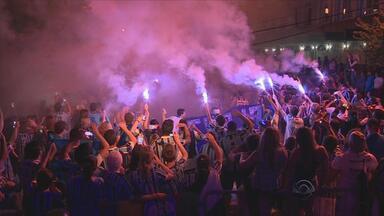 Torcida do Grêmio dá show para receber time na Serra - Delegação tricolor é recebida com festa à serra gaúcha, onde começa na segunda a pré-temporada, que vai até 21 de janeiro.