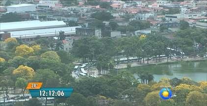 Ambulantes fazem protesto no Parque Solon de Lucena, em João Pessoa - Por conta disso o trânsito no local ficou muito congestionado.