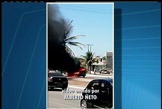 Carro pega fogo na rua de um distrito de Cabo Frio, no RJ - Carro pega fogo na rua de um distrito de Cabo Frio, no RJ.