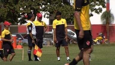 Comissão técnica do Vila Nova faz testes com jogadores amadores - Atletas são observados em uma espécie de peneira no clube