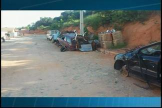 VC no MGTV: Morador de Divinópolis flagra carros abandonados - Segundo o telespectador, alguns dos carros abandonados são apenas sucatas.Prefeitura afirmou que PM irá ao local para verificar se algum veículo foi roubado.
