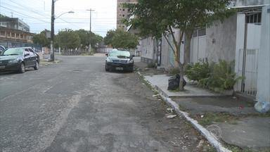 Homem é assassinado quando saía de um bar, no Recife - Crime aconteceu no bairro da Encruzilhada, na Zona Norte. Homem de 28 anos pode ter sido morto por engano.