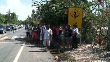 Moradores de Ipioca voltam a bloquear rodovia AL-101 Norte - Comunidade cobra instalação de lombadas. DER se comprometeu a recolocar redutores de velocidade.