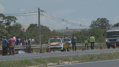 Homem morre após acidente de moto em Monte Mor, SP - Os familiares aguardaram a perícia durante quatro horas ao lado do corpo do rapaz, mas o serviço não compareceu ao local. O corpo foi retirado da rodovia apenas seis horas depois do acidente.