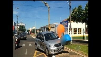 Falha em semáforo provoca acidente de trânsito em Marília - A falha em um semáforo provocou um acidente na tarde desta segunda-feira (12) no cruzamento da Avenida Santo Antônio com a Rua Joaquim de Abreu Sampaio Vidal, no centro, em Marília (SP). O semáforo parou de funcionar durante o temporal da noite de ontem.