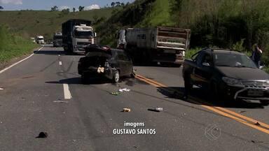 Colisão de dois veículos na BR-040 deixa feridos em Juiz de Fora - Um dos condutores ficou preso às ferragens. Acidente foi no Km 764, na tarde dessa segunda-feira (12).