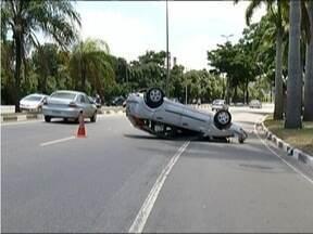 Mulher fica ferida após carro capotar em Ipatinga - Acidente foi na Avenida Pedro Linhares, perímetro urbano da BR-381.