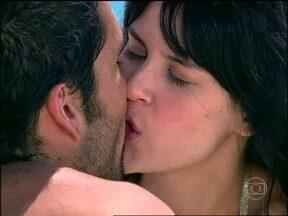 Miguel incentiva Julia e os dois se beijam - Ela decide se mudar para São Paulo