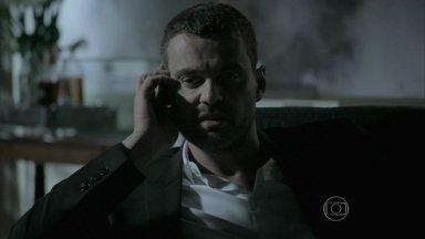 Maurílio ajusta plano secreto com o pai - O vilão reclama das suspeitas de Cristina