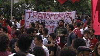 Protesto contra aumento da tarifa em SP reúne milhares de pessoas na capital - Os estragos ficaram espalhados pelo centro de São Paulo. Três agências bancárias foram depredadas. O vandalismo aconteceu depois do confronto com a Polícia Militar em frente a prefeitura.