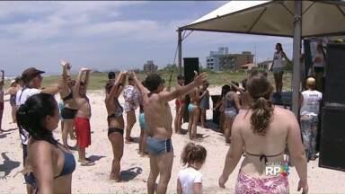 Sol anima veranistas para atividade física na areia da praia - Educadores físicos ensinam exercícios para quem está no litoral do Paraná